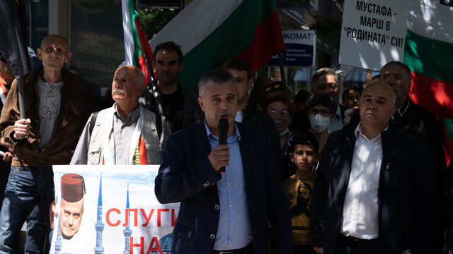 """Nationalists protest against Mustafa Karadaya's """"homeland"""" comment. The two sides often use this tactic of inflaming anti-Turkish sentiments before elections"""