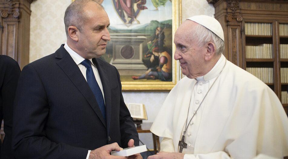 President Rumen Radev (left) meeting with Pope Francis on Thursday in Rome