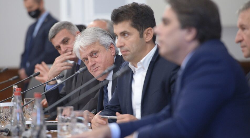 Economy Minister Kiril Petkov (in the centre) managed to get the approval of the National Bank to change the management of BDB