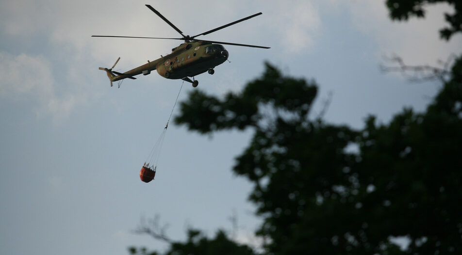 """The """"Bambi Bucket"""" system on a Mi-17 helicopter in action"""